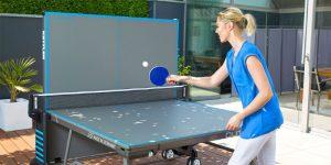 Femme qui joue seule sur une table de ping-pong pliable