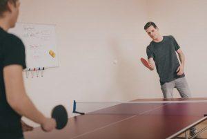 Hommes qui jouent au ping-pong