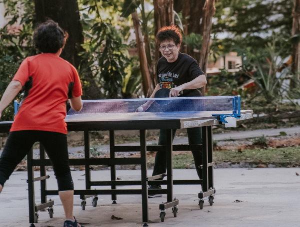 Personnes qui jouent au ping-pong